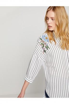قميص نسائي مع تطريز وردة عند الكتف
