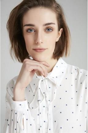 قميص نسائي مع ياقة