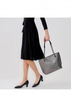 حقيبة يد نسائية مع سلاسل على المقبض