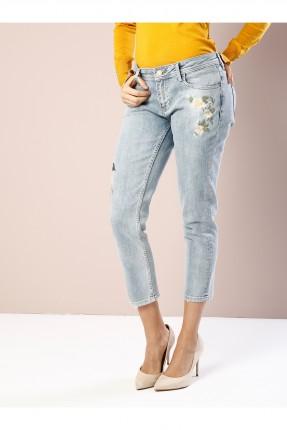 بنطال جينز نسائي بوي فريند بتطريز ورود