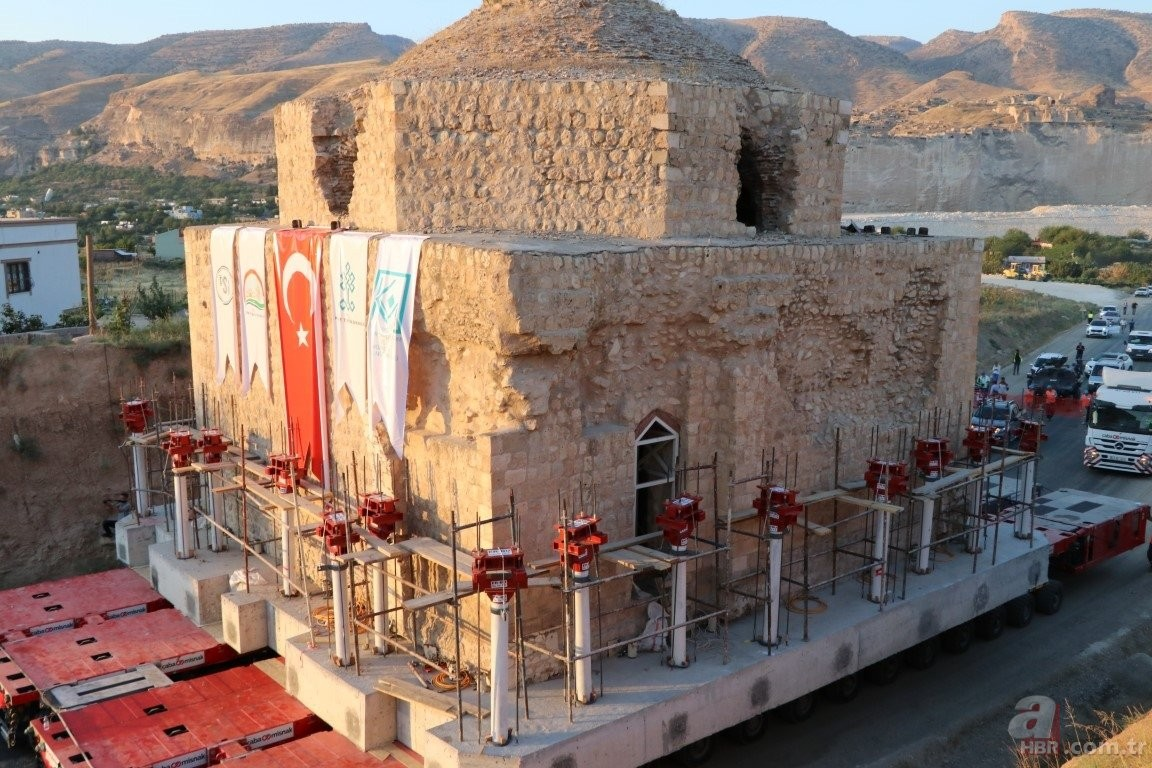 ترکیه کې یو تاریخي ۱۵۰۰ ټنه وزن لرونکی حمام له یو ځای څخه بل ځای ته ولېږدول شو