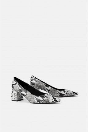 حذاء نسائي بنقشة جلد الافعى