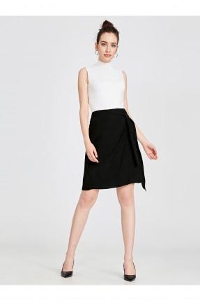 تنورة قصيرة بربطة جانبية