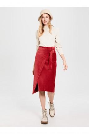 تنورة قصيرة مزينة بحزام جانبي