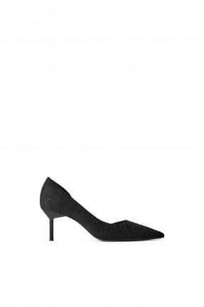 حذاء نسائي مزين بالخرز