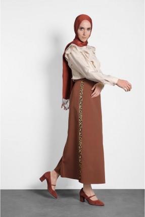 تنورة طويلة مزينة بخط جانبي