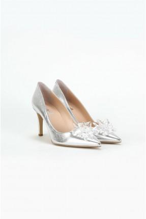 حذاء نسائي مزين بكريستال
