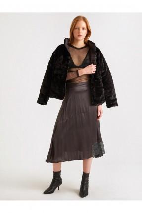 تنورة قصيرة مزينة بالدانتيل