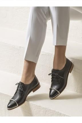حذاء نسائي جلد مزين بقطعة معدنية