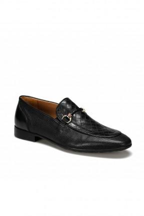 حذاء رجالي مزين بقطعة معدنية