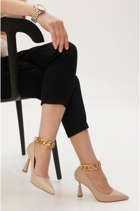 حذاء نسائي مزين بسلسلة