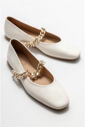 حذاء نسائي مزين بسلسلة معدنية
