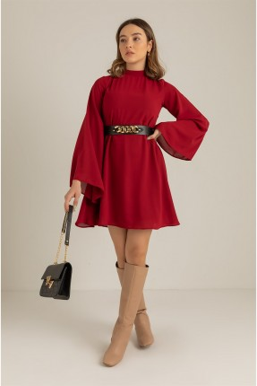 فستان سادة اللون وبفتحة على الظهر