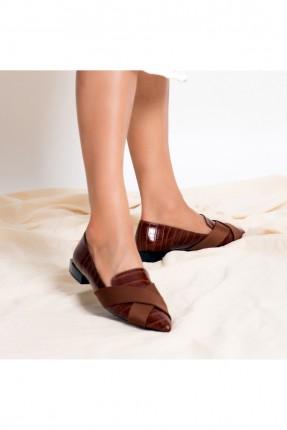 حذاء نسائي مزين بنقشة