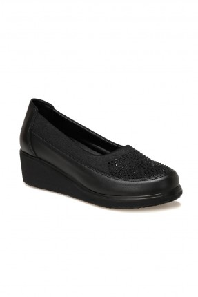 حذاء نسائي كلاسيكي مزين بستراس