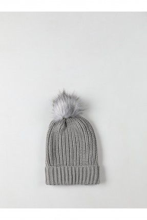 قبعة نسائية مزينة بالفرو