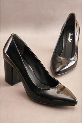 حذاء نسائي بكعب