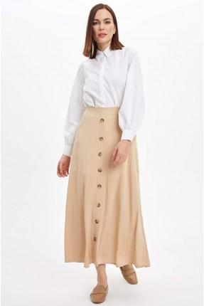 تنورة طويلة مزينة بازرار كبيرة