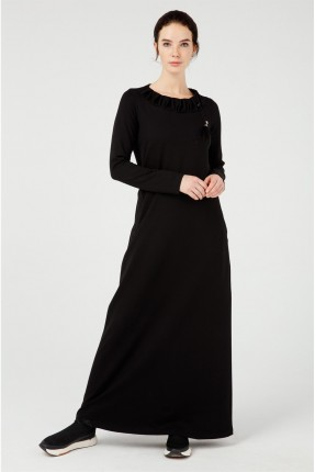 فستان طويل مزين بياقة مزمومة - اسود