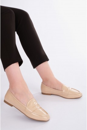حذاء نسائي مزين بحبكة