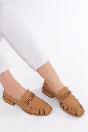 حذاء نسائي مزين بثقوب