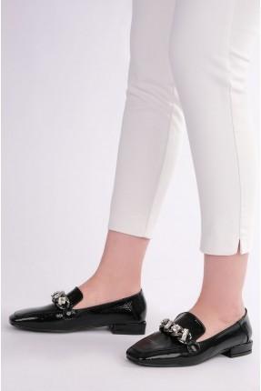 حذاء نسائي مزين بقطع كريستال