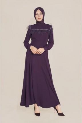 فستان طويل مزين بتفاصيل