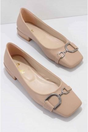 حذاء نسائي مزين بقطعة معدنية