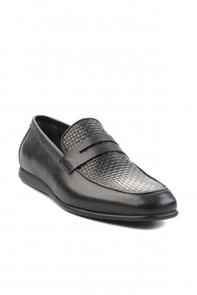 حذاء رجالي مزين بزخرفة