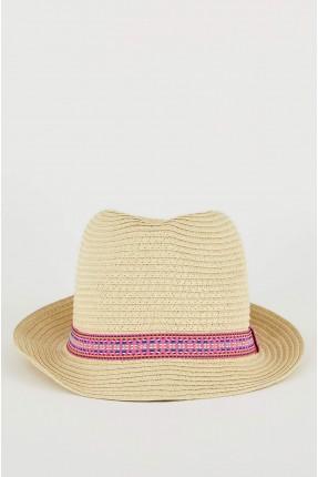 قبعة نسائية مزينة بزخرفة