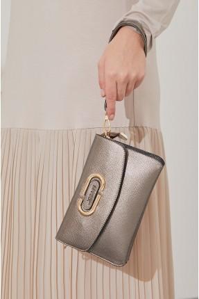 حقيبة يد نسائية مزينة بقطعة معدنية