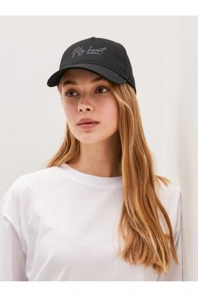 قبعة نسائية بنقشة كتابة - اسود