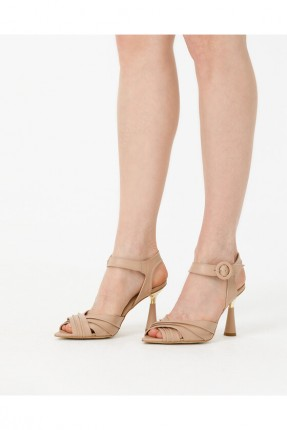 حذاء نسائي مزين بقفل - بيج