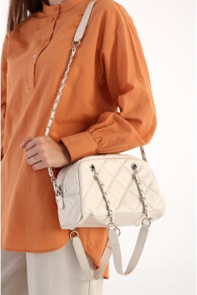 حقيبة يد نسائية مزينة بسلسلة