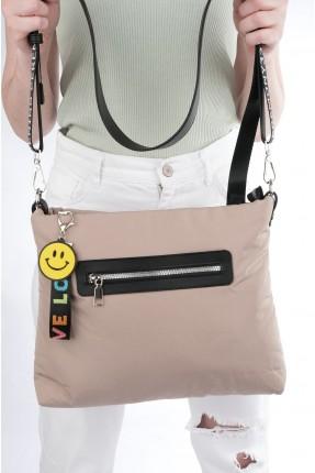 حقيبة يد نسائية بطبعة كتابة على الحمالات