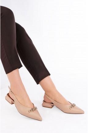 حذاء نسائي مزين بتفاصيل معدنية