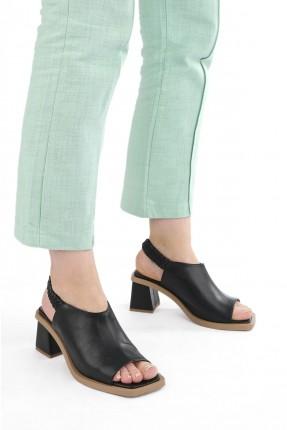 حذاء نسائي بتفاصيل مطاط - اسود