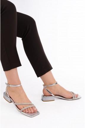 حذاء نسائي ذو لمعة - فضي