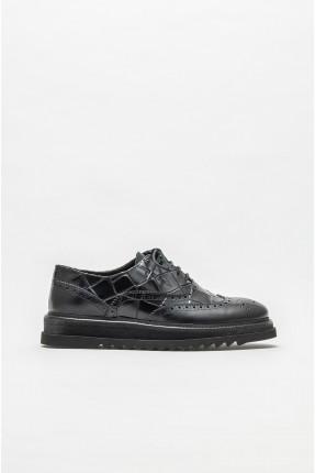 حذاء رجالي مزين بنقش