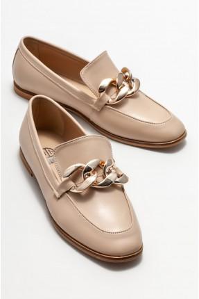 حذاء نسائي مزين بقطع معدنية