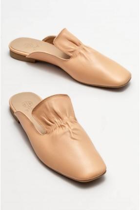 حذاء نسائي مزين بزم