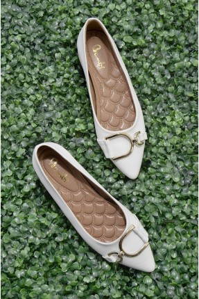 حذاء نسائي مزين بقطعة معدنية - ابيض