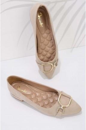 حذاء نسائي شامواه مزين بقطعة معدنية - بيج