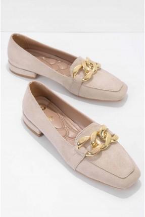حذاء نسائي شامواه مزين بسلسلة معدنية - بيج