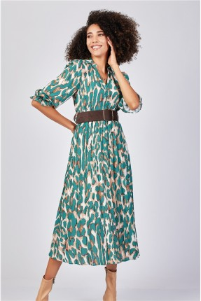 فستان طويل مزين بازرار