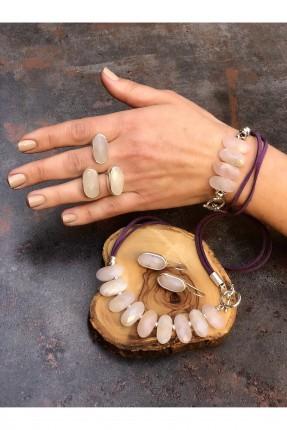 خاتم نسائي مزين بثلاث احجار - وردي