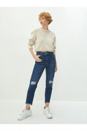 بنطال جينز نسائي مزين بتفاصيل ممزقة