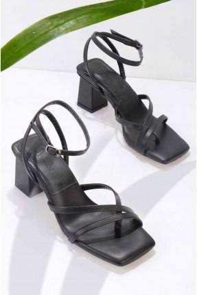 حذاء نسائي بتفاصيل متداخلة