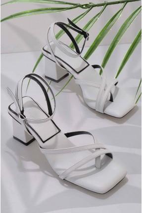 حذاء نسائي مزين بتفاصيل