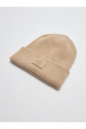 قبعة نسائية مزينة بكتابة